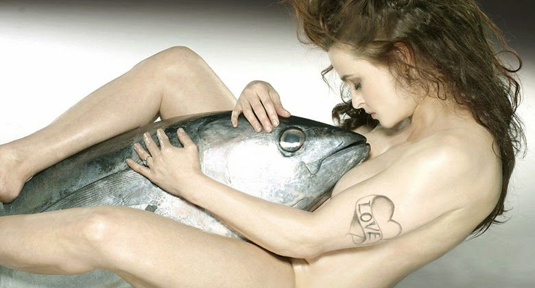 25925FD900000578-2949381-Big_Fish_Helena_Bonham_Carter_nakedly_embraces_a_Bigeye_Tuna_in_-a-1_1423736763291